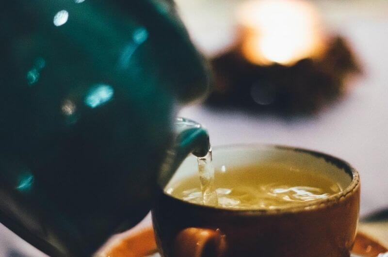 gruener-tee-in-tasse